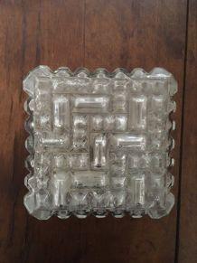 Plafonnier carré en verre moulé.