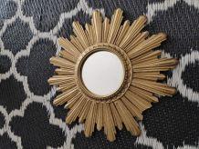 petit miroir soleil en résine dorée des années 50