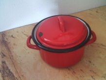 Cocotte rouge en métal vintage