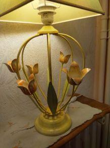 Lampe avec pied représentant des fleurs