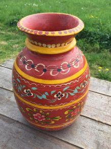 Vase en bois peint