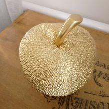 Pomme dorée en résine