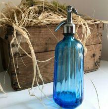 Siphon ancien, bouteille verre bleu rainurée. Caro Paris