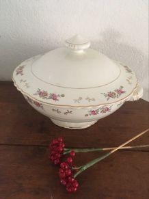 Grande soupière à la porcelaine fleurie.