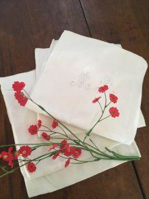 4 serviettes anciennes monogrammées M R .