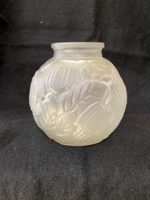Vase en verre moulé décor floral - Années 30