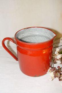 Ancien pot en tôle émaillée rouge