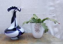 Joli vase en opaline avec col dentelé