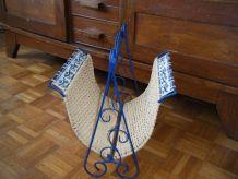 Porte-revues Vintage fer forgé bleu, osier et céramique