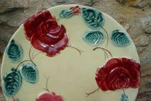 Assiette en barbotine à décor de roses