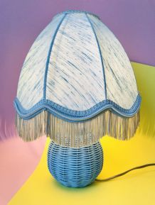 PETITE LAMPE A POSER EN OSIER BLEU AVEC ABAT JOUR FRANGE