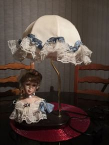 LAMPE DECORATIVE AVEC POUPEE EN PORCELAINE BLEUE