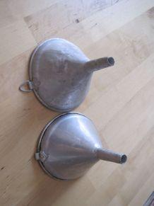 2 entonnoirs en fer blanc léger ancien