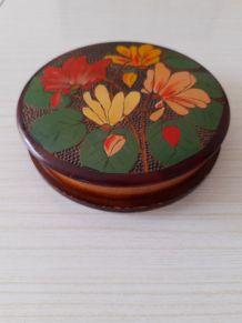 Boite bois décor floral sculpté et peint.