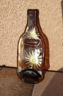 Curiosité bouteille  aplatie en verre