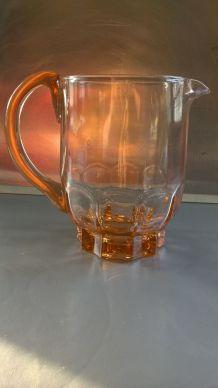 Pichet en verre moulé rose vintage, années 40-50