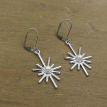 Boucles d'oreilles soleil, métal argenté, perles nacrées