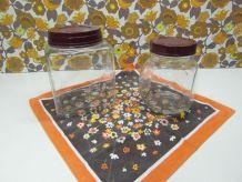 Anciens bocaux en verre et couvercle bakélite