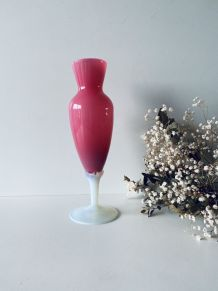 Vase ancien en opaline blanche et rose