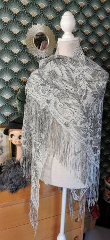 Châle gris perle et fils dorés style 30s