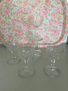 4 petits verres sur pied