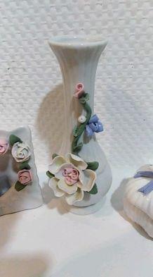 Trios porcelaine : vase , coffre a bojoux et porte-photo