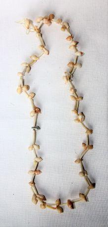 Collier de coquillages cauris. Vintage origine Afrique.
