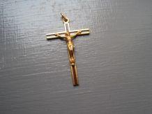croix dorée avec chaine