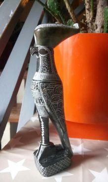 Sculpture en pierre ciselée du dieu égyptien Horus
