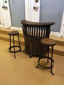 Bar rustique en chêne et fer forgé et ses 2 tabourets