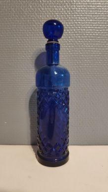 carafe en verre bleu avec bouchon