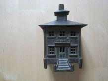 tirelire decor maison en  fonte  ancienne