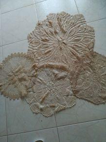Lot 4 grands napperons entre 40 et 60 cm