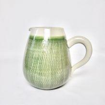 Pichet en céramique texturé vert