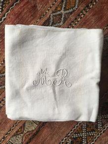 12 serviettes anciennes damassées monogrammées M R .