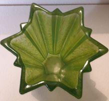 Vase en verre de forme d'étoile vert art déco