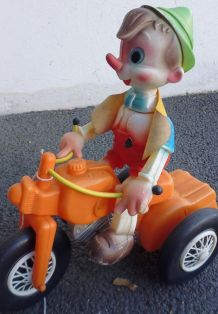 figurine sur tricycle