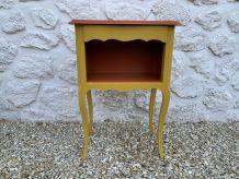 table de chevet peinte jaune et brique