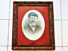 Photo ancienne en noir et blanc, portrait masculin.