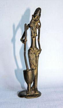 Statuette africaine en bronze. Femme pilant le mil.