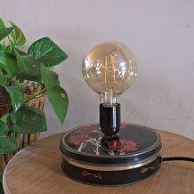 Lampe vintage avec une petite boîte noire et rouge en métal