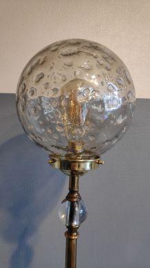 lampadaire pied laiton et globe en verre texturé