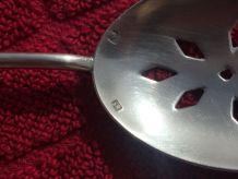 Cuillère à soupoudrer  en métal argenté 1920