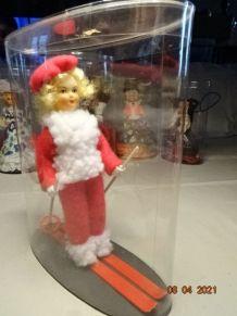 Jolie skieuse, poupée de collection ancienne des années 60