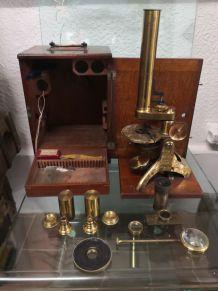 Microscope de laboratoire ancien anglais