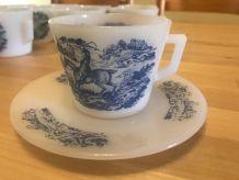 Tasses-soucoupes Arcopal blanches décor bleu cavalier dans u