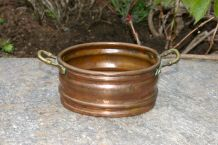 Petit pot ovale en cuivre et poignées laiton