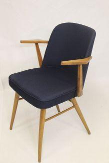 Chaise scandinave accoudoirs suspendus, retapissée tissu ble