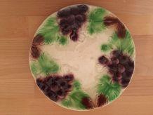 Assiette ancienne en barbotine motifs raisins