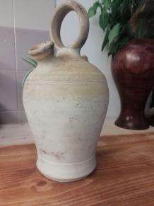 Cruche ancienne en terre cuite typique